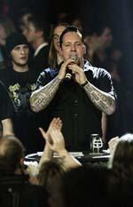 Michael Poulsen fra Volbeat tager imod prisen for Bedste Danske Metal udgivelse i 2007, dvs. aftenens hovedpris. Foto: Jacob Dinesen.