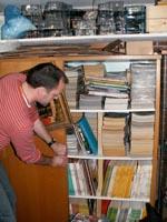 Lars åbner skabsdøren op, og viser os en lille del af sin store samling