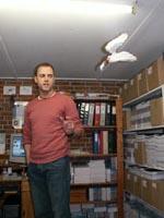 Lars fortæller om udgivelsesprocessen - bemærk, at Englen hænger ned fra loftet