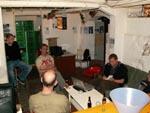 Slagtehallens cafélokale set fra baren - fra venstre Niclas, Erik, Thorkild (med ryggen til kameraet) og Planet Pulps udsendte.