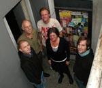De fem fremmødte i kælderhalsen foran indgangen til Slagtehal 3 - i urets retning: Niclas, Thorkild, Erik, Stine og Mogens.
