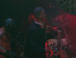 George W dukker op på scenen.
