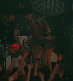 Hitler dukker op på scenen.