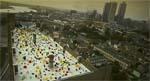 Myriader af spande på toppen af lejlighedskomplekset, hvor Frank og Hannah bor.