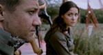 Doyle (Jeremy Renner) og Scarlet (Rose Byrne) får sig en snak i én af filmens få stille scener