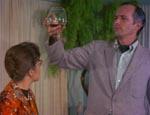 John (Bill Rogers) skåler for sine forfædre i gammel brandy