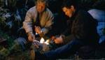 I vildmarken må de to mænd arbejde sammen