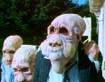 Rumvæsnerne efter at de har smidt forklædningen - det er Lord Crumb i jakkesæt