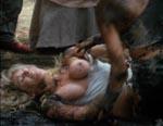 Pigerne slås i mudder.