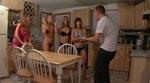 De unge finder ud af at kokken er i huset