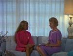 Unge Suzette (Connie Mason) og hendes mor (Lyn Bolton)