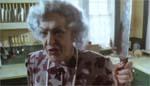 Lionels mor, Vera (Elizabeth Moody).