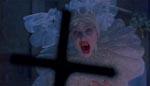 Lucy som vampyr slås tilbage af et kors.