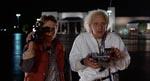 Marty og Doc Brown (Christopher Lloyd) under det første tidsrejseeksperiment. Doc fjernstyrer tidsmaskinen og Marty dokumenterer.