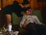 """Gigi (Elyn Warner) plejer den blodfattige Sorg efter en nat med """"fingermaleri""""."""