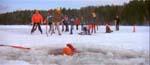 En af Richard Thorns ansatte går gennem isen og drukner i én af filmens mest vellykkede sekvenser
