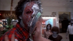 En zombie får en lagkage i hovedet.