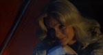 Journalisten og den obligatoriske kønne pige Terry Marsh (Lynda Day George).