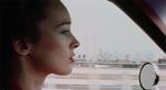 Jennifer (Camille Keaton) forlader New York.