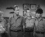 Jim Maddison kræver at alle mændene ifører sig hans tøj og smider det radioaktivt forurenede tøj ud. Man fornemmer at producenterne har haft adgang til billige uniformer til filmen. Det er i øvrigt den uheldige Radek yderst til højre.