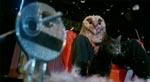 Fra en af filmens bedre sekvenser, hvor Alicia forsøger at frigøre nøglen, der sidder fast mellem scenens gulvbrædder lige foran morderen (og ja, han er iført uglekostume)