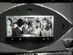I bedste Bond-stil henvender Fantômas sig til sine undersåtter på en skærm - angiveligt realiseret ved, at der faktisk var skåret et hul i kulissen, som Fantômas og de andre står bag
