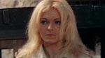 Marie (Maria Rohm) ved ankomsten til fængslet