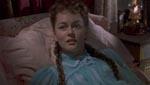 Med en blanding af frygt og liderlighed venter Lucy (Carol Marsh) på Dracula