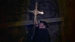Monsignor Mueller (Rupert Davies) forsegler Draculaborgen