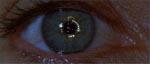 Én af filmens mere slående visuelle effekter: her ses kernen i Event Horizons 'gravity drive' reflekteret i Peters' øje