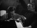 Larry og Frankensteins monster (Bela Lugosi) gennemroder den gamle doktors papirer.