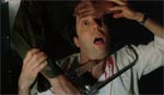 Jason starter hårdt ud med at save halsen over på en læge med en kødsav!