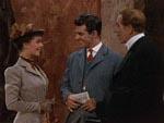 Sue Allen (Phyllis Kirk) til venstre og Sidney Wallace (Paul Cavanagh) i midten