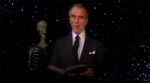 Christopher Lee læser op af Biblen - bemærk det stilfuldt indfotograferede skelet