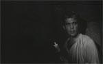En af de mange scener, hvori Kurt sniger sig rundt i eget hus som en tyv om natten