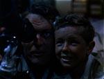 Far og søn kigger stjerner mens alt ånder fred og idyl ved filmens start