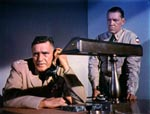 Oberst Fielding (Morris Ankrum) taler i telefon