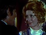 Hovedpersonen Elvira (Gaby Fuchs) sidder og snakker med sin kæreste Marcel (Andrés Resino), på en bar.
