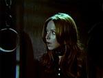 Genevieve finder fangekælderen med kæder og blod, og prøver at advare Elvira.