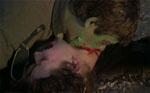 Det første zombieangreb. Bemærk hvordan den grønne maling er smittet af på kvindes hage.