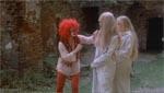 De to piger møder Klovnepigen i de mystiske ruiner - det er pænt sort