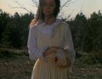 Lisa (Leslie Lee) har lige hugget knoppen af en kylling