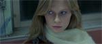 Fay (Almanta Suska) opdager, at en skummel person stirrer på hende.