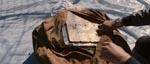 En looper har lige lukket sit loop og finder guldbarrer spændt fast på offerets ryg i stedet for sølvbarrer.