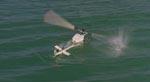 En legetøjshelikopter styrter i vandet