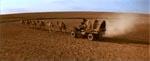 Max' dromedartrukne bil på vej gennem ørkenen i filmens begyndelse