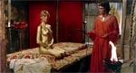 """Sheila i 'Goldfinger'-outfit inden Jonas planlægger at tage hende under """"kærlig"""" behandling."""