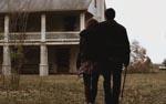 Jennifer og Evan ser på gården