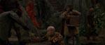 Én af filmens sjovere påhit: Her er det en abe, der bestyrer lirekassen, mens en dværg danser rundt.