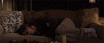 Linda falder i søvn på sofaen...